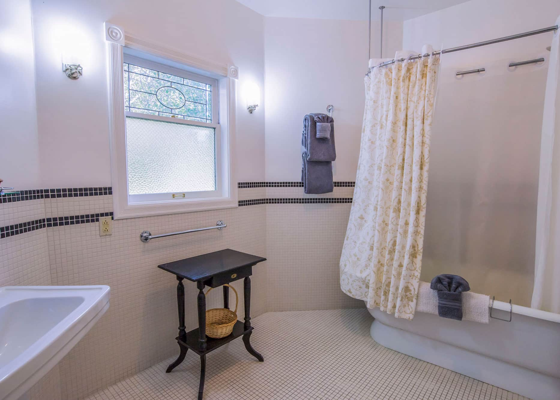 the-edenwild-inn-lopez-island-lodging-2020-room-02-05